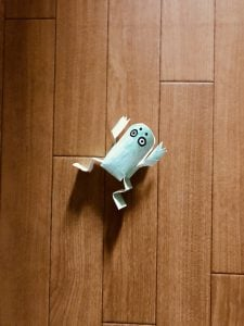 高齢者(在宅介護)工作でトイレットペーパーの芯を使って簡単『カエルのおもちゃ』を母親と一緒に作ってやってみるとぴょんぴょん跳ねました
