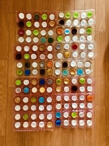 高齢者(在宅介護)レクリエーションで卵の容器とペットボトルのキャップと割り箸を使って『140個たこ焼きゲーム』