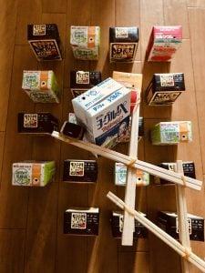 【高齢者(在宅介護)レクリエーション】ペットボトルのキャップと割り箸と輪ゴムで作ったマジックハンドを使って『20個ジュースの紙パックつかみゲーム』