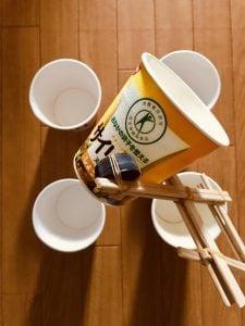 【高齢者(在宅介護)レクリエーション】割りばしと輪ゴムとペットボトルのキャップで作ったマジックハンドを使って『積み重ねゲーム』