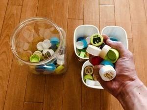 【高齢者(在宅介護)レクリエーション】味付け海苔が入っていた容器とヨーグルトの容器を使って『ペットボトルキャップつかみゲーム』