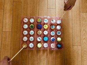 利き手と逆の手でペットボトルキャップと卵のパックと割り箸を使って『30個たこ焼きゲーム』に挑戦してみた【高齢者(在宅介護)レクリエーション】