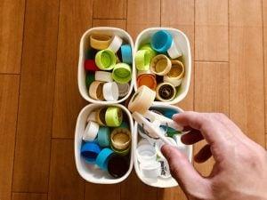 【高齢者(介護)レクリエーション】洗濯バサミとヨーグルトの容器を使って『ペットボトルキャップつかみゲーム』