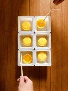 【高齢者(在宅介護)レクリエーション】ドレッシングのキャップとお豆腐の容器と割り箸を使って『6個大たこ焼きゲーム』