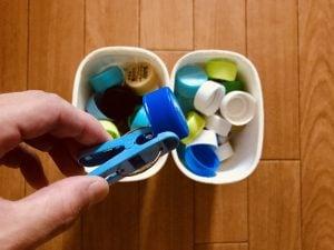 【高齢者(在宅介護)レクリエーション】利き手と反対の手で洗濯バサミとマルサン豆乳ヨーグルトの容器を使って『60個ペットボトルキャップつかみゲーム』