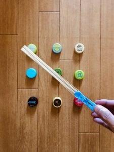 高齢者(在宅介護)レクリエーションでペットボトルのキャップを使って『洗濯バサミ割り箸鉄砲ゲーム』