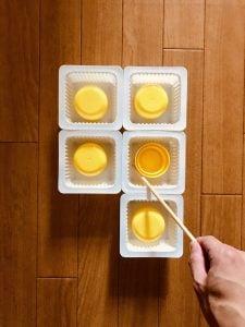 【高齢者室内レクリエーション・ゲーム(Recreation for the elderly)】ドレッシングキャップとお豆腐の容器と割り箸を使って『5個大たこ焼きゲーム』