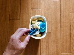 【高齢者(在宅介護)レクリエーション】利き手と逆の手で洗濯バサミとヨーグルトの容器を使って『ペットボトルキャップつかみゲーム』