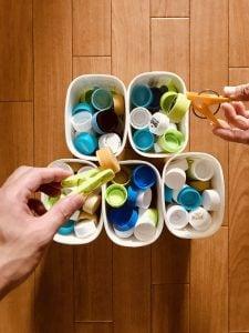 【高齢者室内レクリエーション・ゲーム(Recreation for the elderly)】利き手と反対の手で洗濯バサミとヨーグルトの容器を使って『150個ペットボトルキャップつかみゲーム』に挑戦してみた