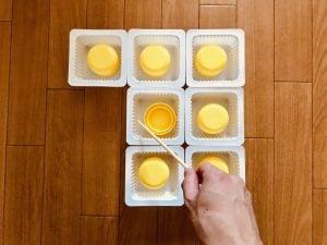 【高齢者(在宅介護)レクリエーション】ドレッシングのキャップとお豆腐の容器と割り箸を使って『7個大たこ焼きゲーム』
