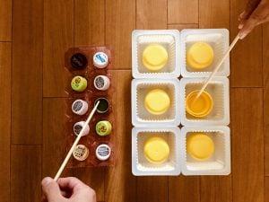 高齢者(シニア)向けレクリエーションでペットボトルとドレッシングのキャップと卵のパックとお豆腐の容器と割り箸を使って『たこ焼きゲーム』