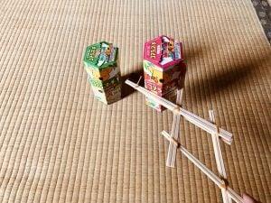 【高齢者(在宅介護)室内レクリエーション】ペットボトルキャップと割り箸と輪ゴムの手作りマジックハンドを使って『2個ロッテコアラのマーチの空き箱つかみゲーム』