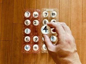 【高齢者室内レクリエーション】ペットボトルキャップと卵のパックを使って『数字合わせゲーム』