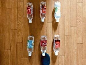 【高齢者・子供向け室内レクリエーション】足のつま先を使って『6本ペットボトル立てゲーム』