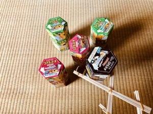 【高齢者・子供向け室内レクリエーション】ペットボトルキャップと割り箸と輪ゴムの手作りマジックハンドを使って『5個ロッテコアラのマーチの空き箱つかみゲーム』