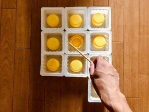【高齢者・子供向け室内レクリエーション】ドレッシングキャップとお豆腐の容器と割り箸を使って『10個大たこ焼きゲーム』